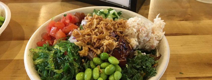 Poke bowl, een verse mix van groenten, rijst en vis